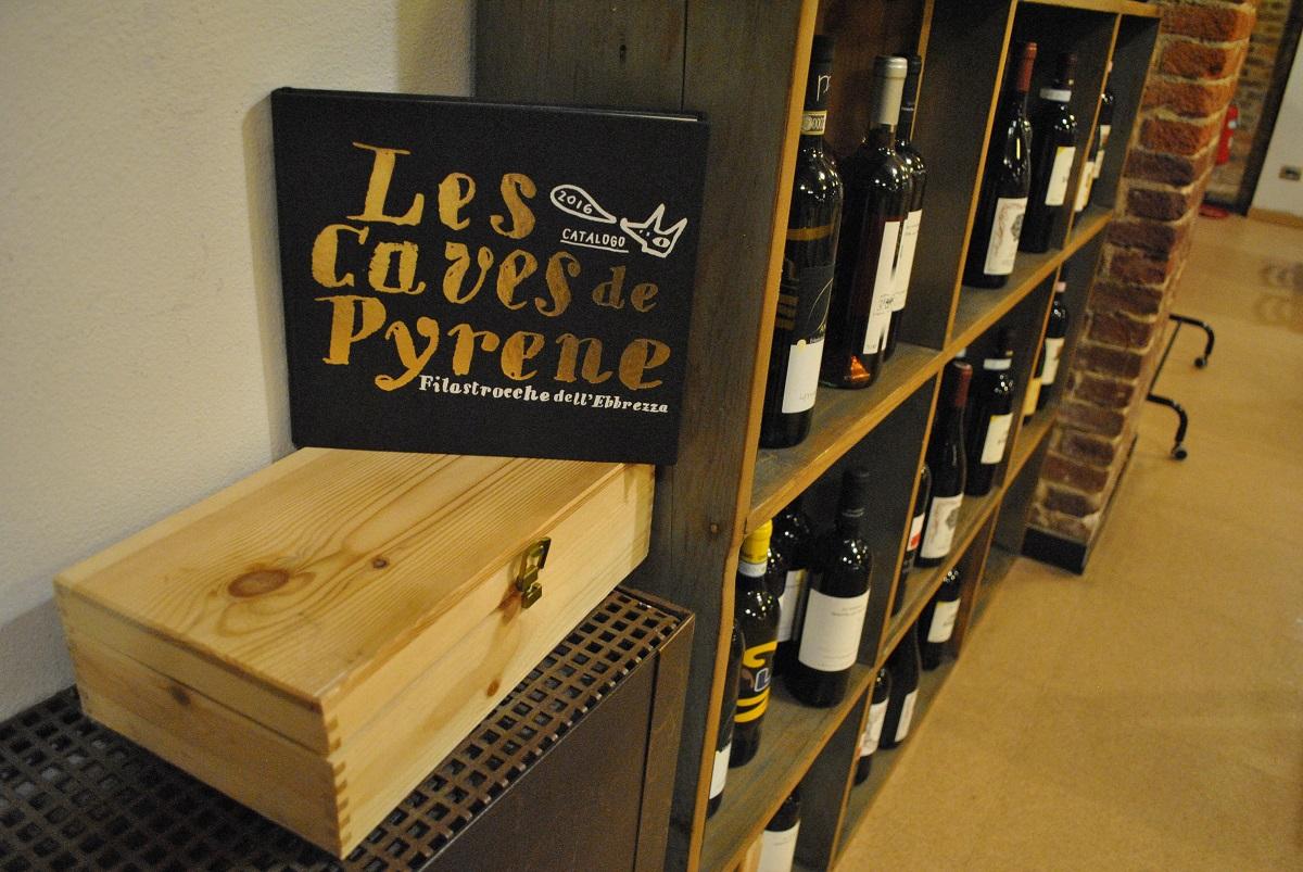 """Dettaglio dell'Osteria e Caffetteria Andirivieni a Torino: cantinetta porta bottiglie e catalogo 2016 """"Les Caves de Pyrene"""""""