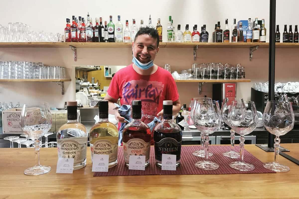 Il barman Anas prepara i cocktail per la serata Al Cecchi, la piola oltre frontiera